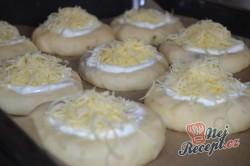 Příprava receptu Slané koláčky plněné cibulí a slaninou a sypané sýrem, krok 3