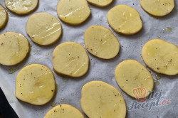 Příprava receptu Máte doma brambory a zakysanou smetanu? Za 15 minut máte perfektní jídlo pro návštěvu., krok 1