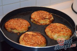 Příprava receptu Bramboráčky plněné hermelínem, krok 4