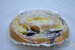 Příprava receptu Šneci s vanilkovým pudinkem a borůvkami, krok 9