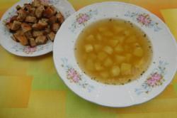 Příprava receptu Česneková polévka s chlebovými krutony, krok 5