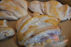 Příprava receptu Kuřecí prsa se zakysanou smetanou a sýrem, krok 3