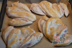 Příprava receptu Kuřecí prsa se zakysanou smetanou a sýrem, krok 2