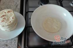 Příprava receptu Extra rychlé česnekové placky plněné sýrem, perfektní jako náhrada pečiva na grilovačku!, krok 1