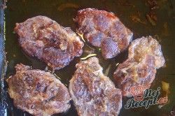 Příprava receptu Vepřová krkovice pečená na pivu s bramborami, krok 4