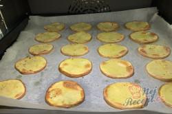Příprava receptu Máte doma brambory a zakysanou smetanu? Za 15 minut máte perfektní jídlo pro návštěvu., krok 2