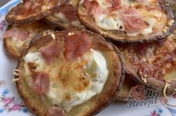 Příprava receptu Máte doma brambory a zakysanou smetanu? Za 15 minut máte perfektní jídlo pro návštěvu., krok 5