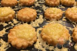 Příprava receptu Vynikající záměna za bramborové lupínky nebo slané tyčinky. Slaná sýrová pochoutka k filmu., krok 6