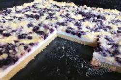 Příprava receptu Jednoduchý tvarohovo borůvkový koláč s drobenkou, krok 12