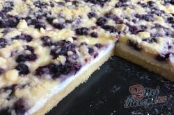 Příprava receptu Jednoduchý tvarohovo borůvkový koláč s drobenkou, krok 11