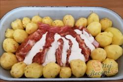 Příprava receptu Nejchutnější maso s bramborami pečené vcelku - tajemství se skrývá v marinádě., krok 2