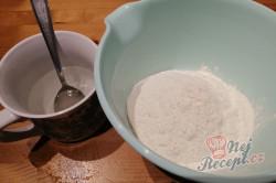 Příprava receptu Jen voda, mouka a olej. Pár minut a máte hotovou nejlepší náhradu chleba., krok 1