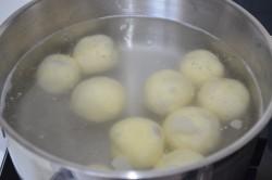 Příprava receptu Nejjednodušší ovocné knedlíky z tvarohového těsta, krok 2