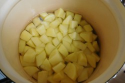 Příprava receptu Česneková polévka s chlebovými krutony, krok 1