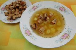 Příprava receptu Česneková polévka s chlebovými krutony, krok 6
